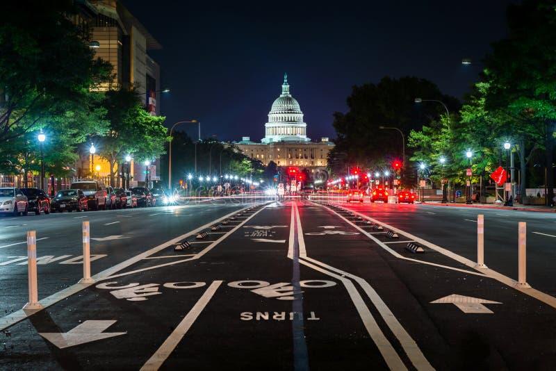Cykelgränder på Pennsylvania Avenue och Förenta staternaKapitolium på natten, i Washington, DC royaltyfria foton