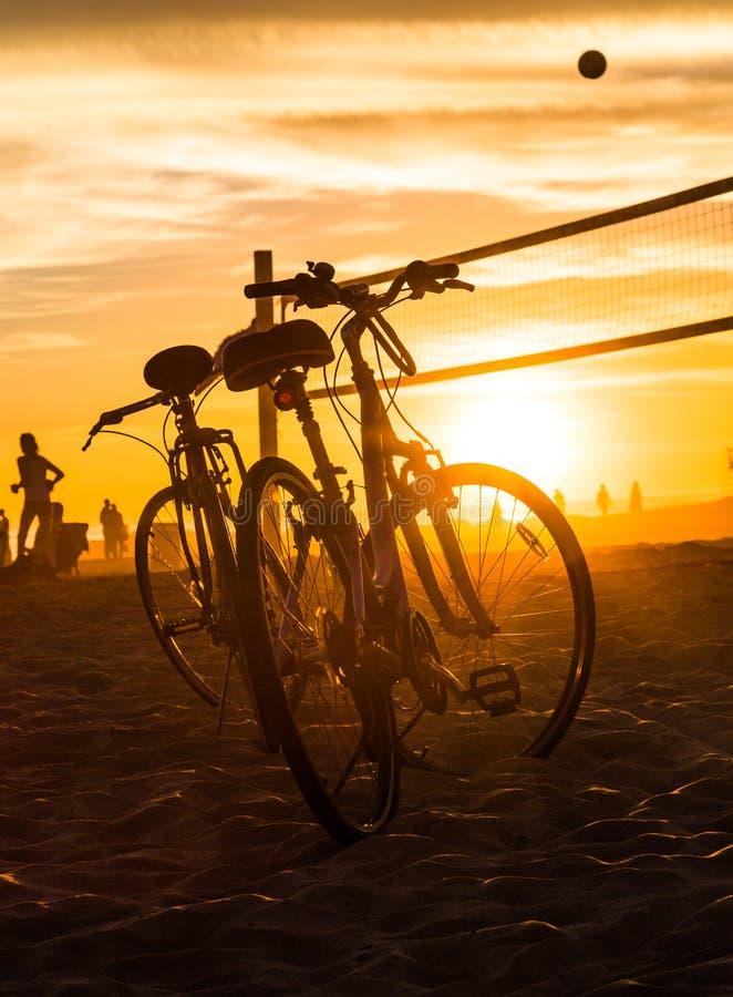 Cykelkonturer och volleyboll förtjänar på stranden royaltyfria bilder