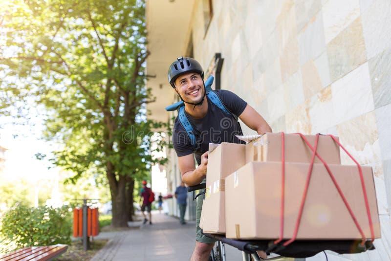 Cykelkurir som gör en leverans arkivbild
