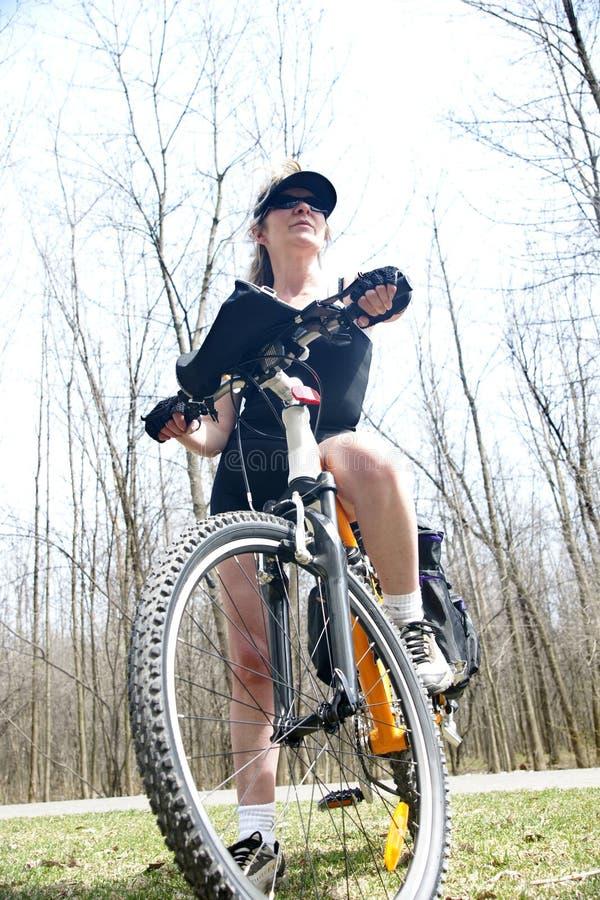 cykelkvinna royaltyfri bild