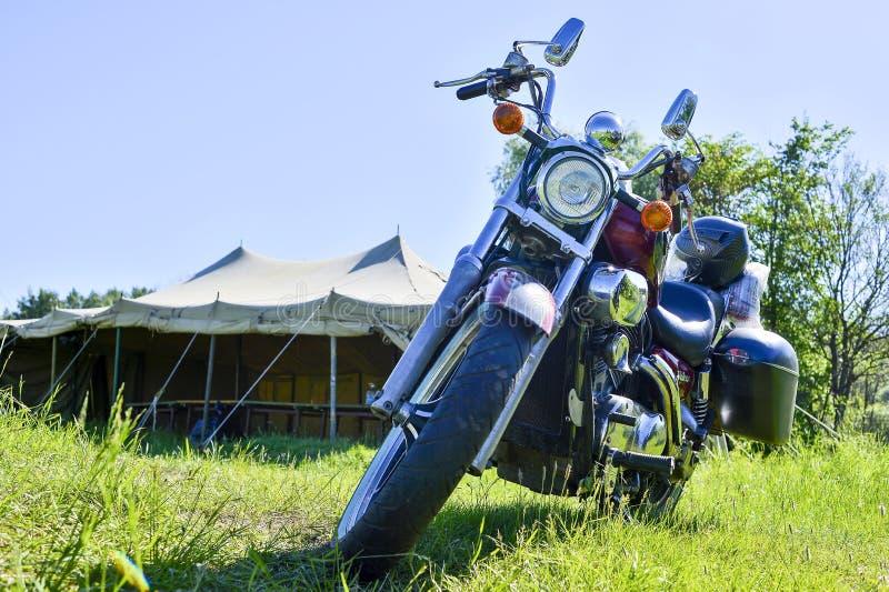 Cykeln ?r r?d p? det gr?na gr?set p? festivalm?tet av sommar Ryssland, den Kursk regionen, Zheleznogorsk, kan 2018 Bekl?da besk?d arkivbild