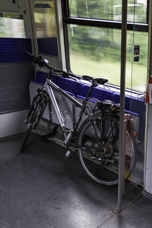 Cykeln är transporterat offentligt trans., insida i traien arkivbilder