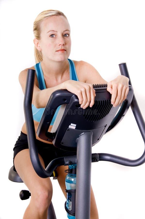 cykeln övar kvinnan royaltyfri bild