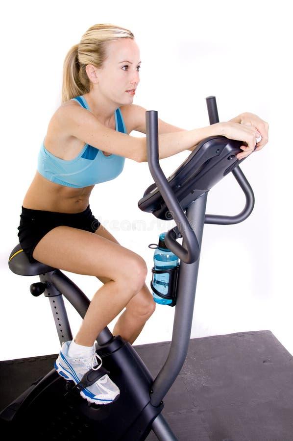 cykeln övar ridningkvinnan royaltyfria foton