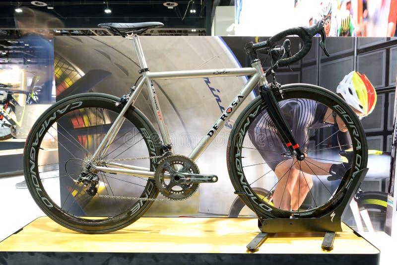 Cykeln för De Rosa Titanium är på Dubai den motoriska showen 2017 royaltyfri bild