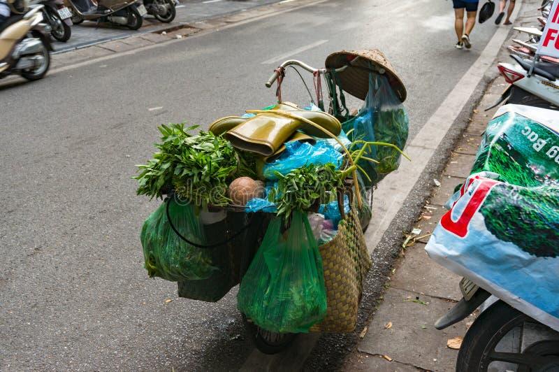 Cykeln laddade med livsmedel och gummikängor överst Vietnam stre arkivfoton