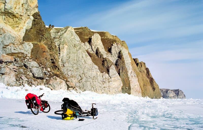 Cykeln på isen av Baikal, går med en cykel till och med vintern Baikal royaltyfri foto