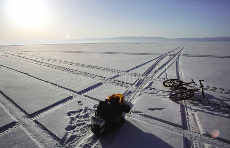 Cykeln på isen av Baikal, går med en cykel till och med vintern Baikal royaltyfria foton