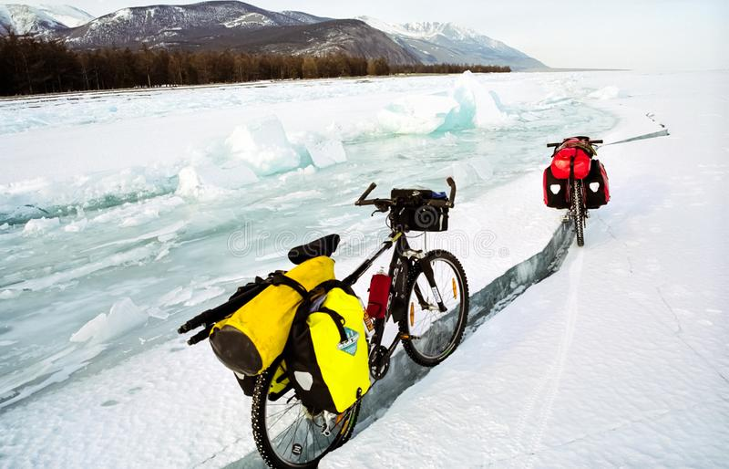 Cykeln på isen av Baikal, går med en cykel till och med vintern Baikal royaltyfri fotografi