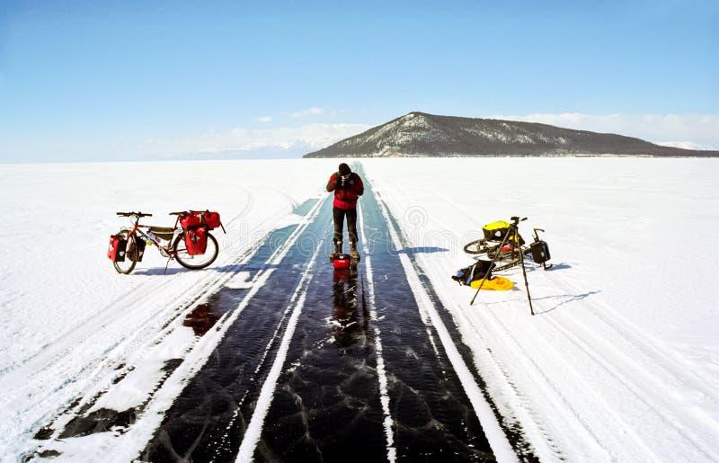 Cykeln på isen av Baikal, går med en cykel till och med vintern Baikal fotografering för bildbyråer