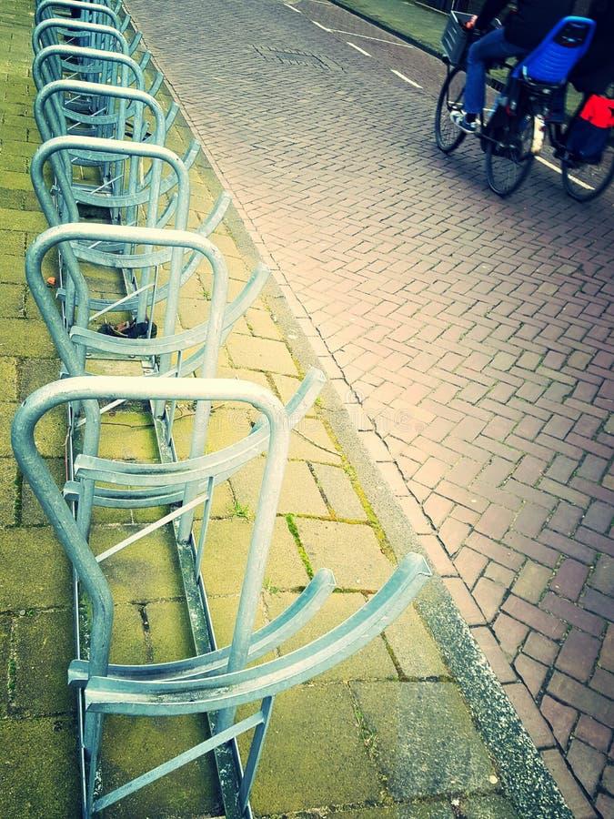 Cykeln parkerar vid sidan av en väg royaltyfri fotografi