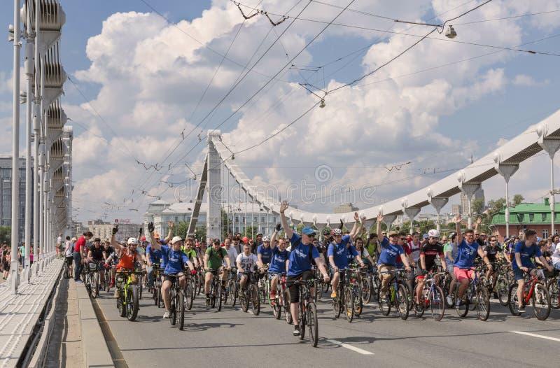Cykeln ståtar i Moskva i service av den cykla infrastrukturutvecklingen, Moskva arkivbilder