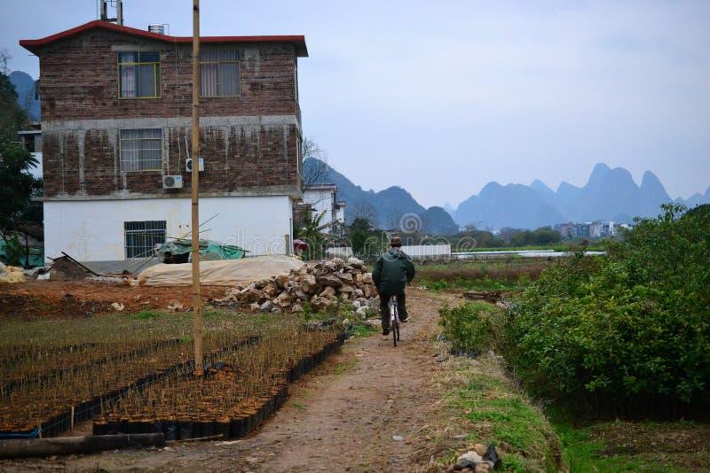 Cykeln turnerar och cykla till byar runt om Yangshuo, Guilin, Guangxi med härligt karstlandskap i Kina royaltyfria bilder