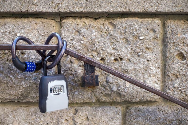 Cykelnummerlås som hänger på räcket royaltyfri fotografi