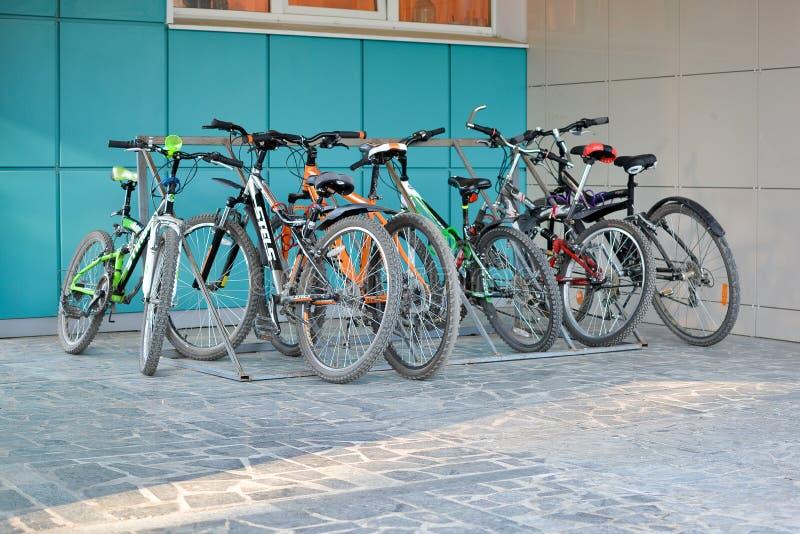 Cykelparkering nära byggnaden royaltyfria foton