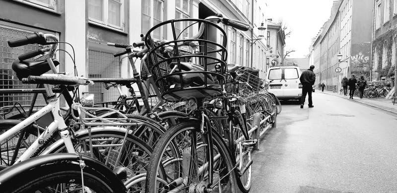 Cykelparkering på gatan royaltyfri bild