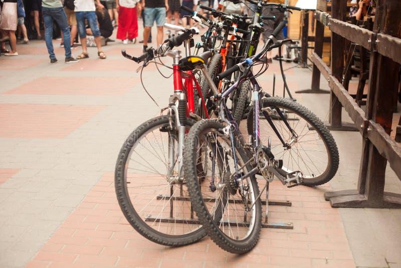 Cykelparkeringsplats i stadsgatan fotografering för bildbyråer