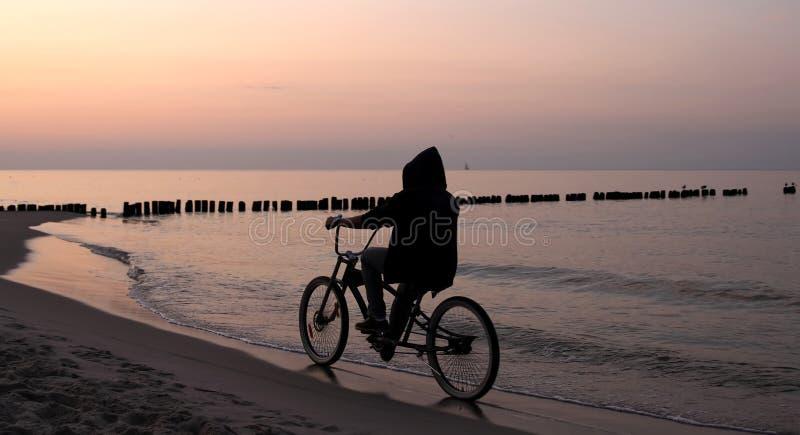 cykelridningsoluppgång arkivbild
