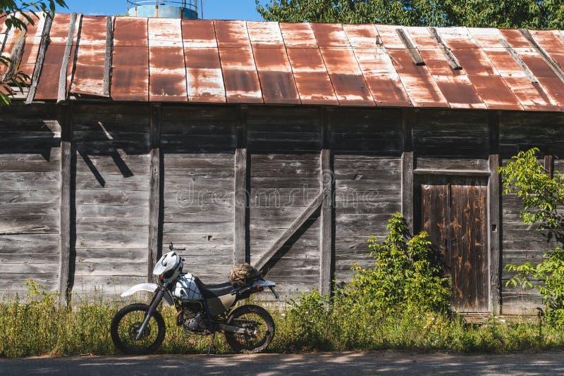 Cykeltappningbakgrund som är trä av retro enduro för väg arkivbild