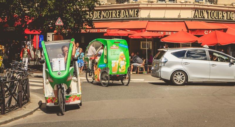 Cykeltaxichaufförer väntar på kunder framme av en terrass royaltyfria foton