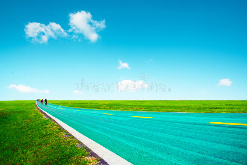 Cykelväg med molnet för blå himmel royaltyfri bild