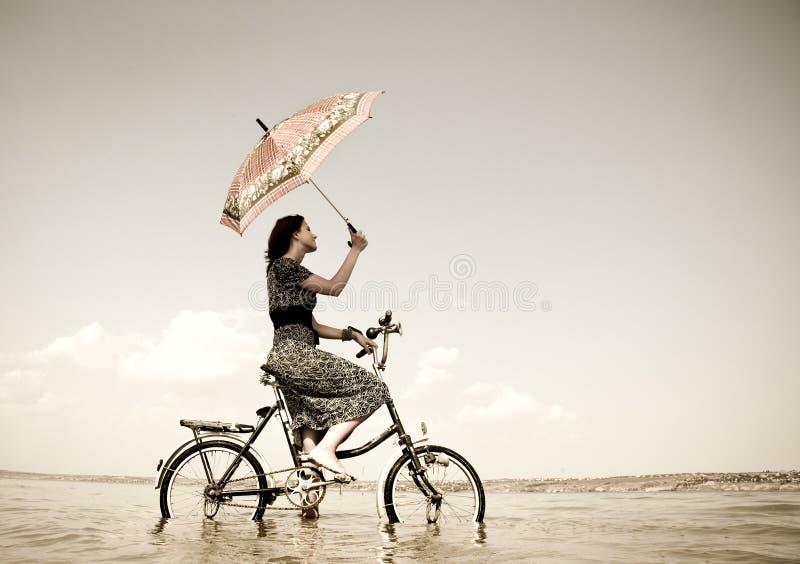 cykl dziewczyna idzie przejażdżki woda obrazy royalty free