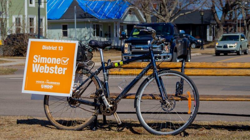 Cykla aktionen av Simone Webster, NDP-kandidat i pet E I val royaltyfria bilder