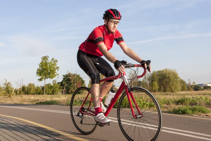 Cykla begrepp och idéer Manlig Caucasian vägcyklist under R arkivfoton