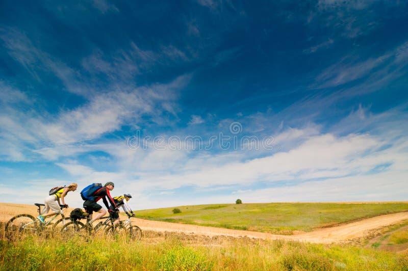 cykla cyklister kopplar av utomhus royaltyfri foto