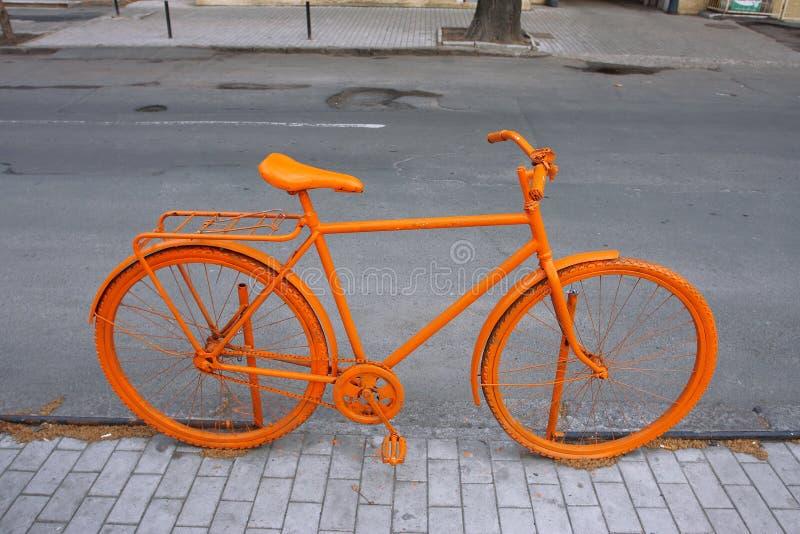 cykla den orange gatan royaltyfria bilder