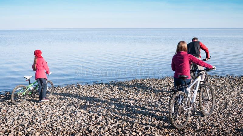 Cykla för familj fotografering för bildbyråer