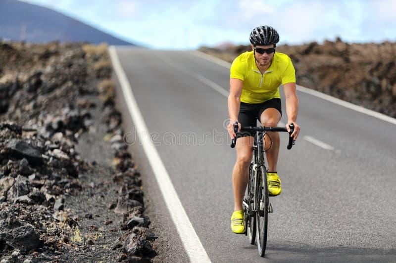 Cykla f?r man f?r v?gcykelcyklist Cykla sportkonditionidrottsman nen som cyklar på vägcykeln Aktivt sunt cykla för sportlivsstili arkivbilder