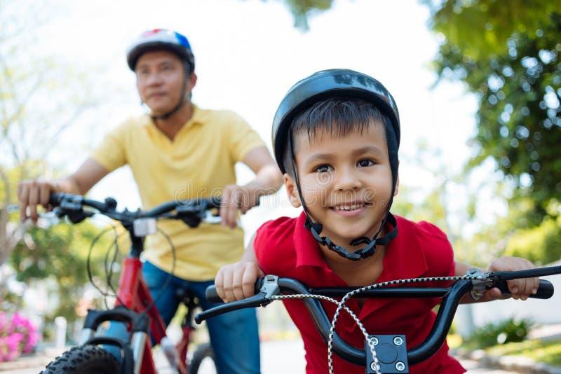 Cykla familjen arkivbild