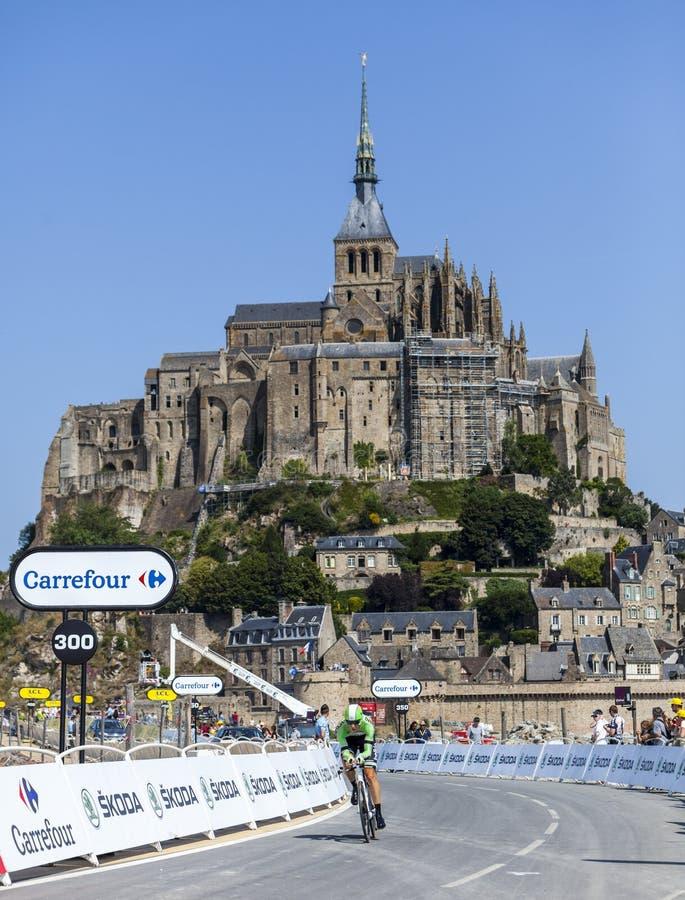 Cykla framme av Le Mont Saint Michel arkivbilder