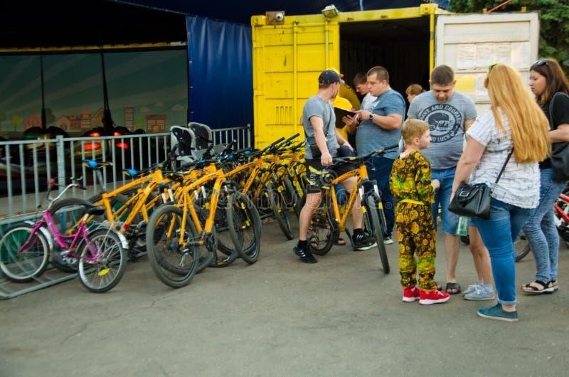 Cykla hyra, i parkerafolket hyr en cykel royaltyfria foton