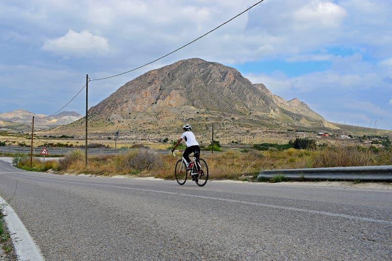 Cykla, i att bedöva landskap royaltyfri bild