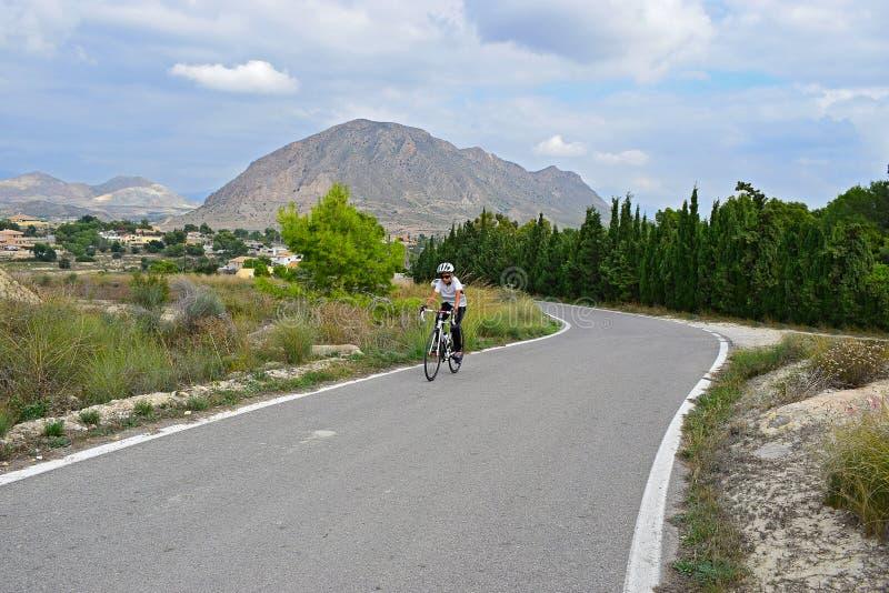 Cykla i bergen med att bedöva landskap arkivfoton