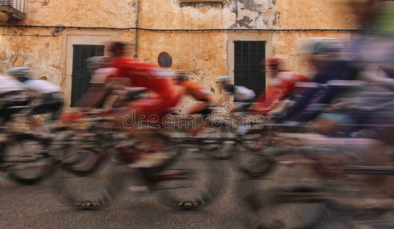 Cykla i byn royaltyfria foton