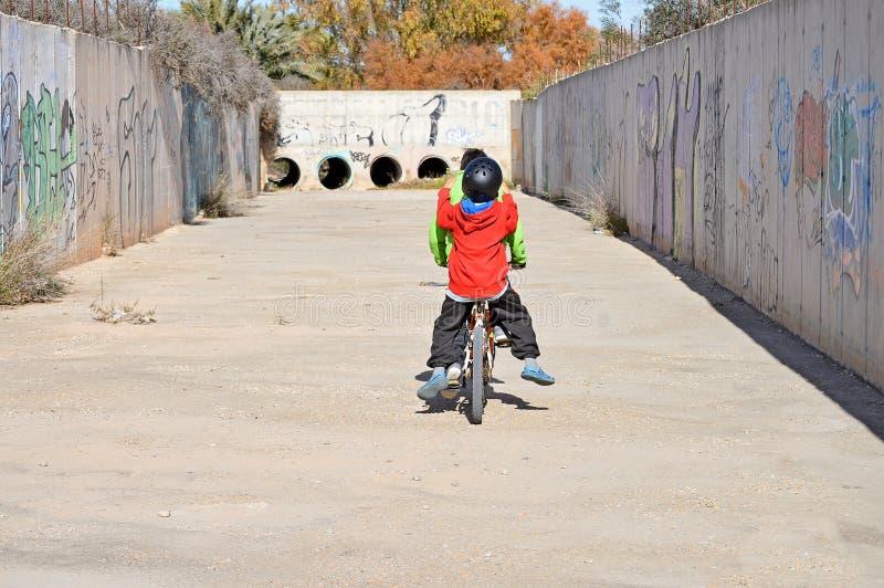 Cykla i en avrinning royaltyfri foto