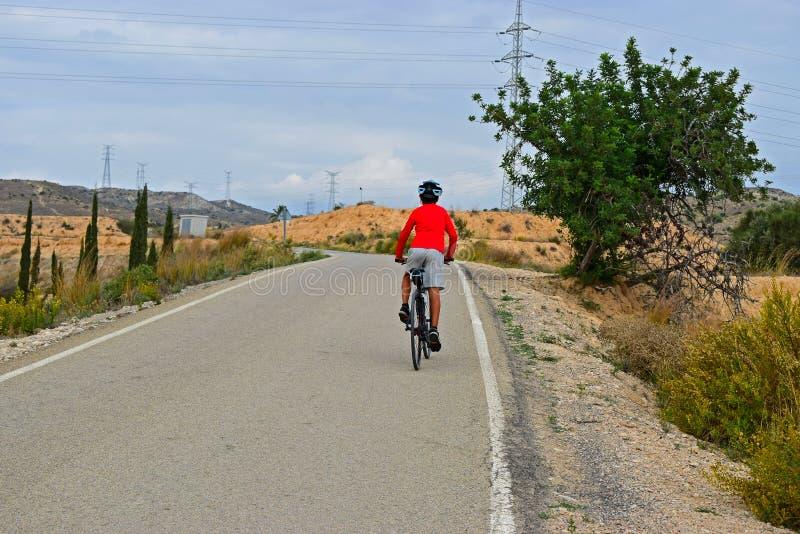 Cykla i kullarna royaltyfri bild