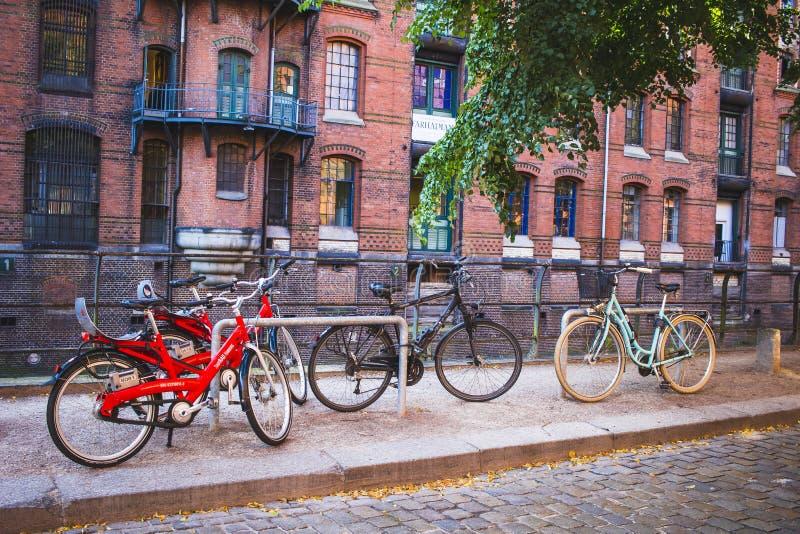 Cykla i stadsgatorna arkivbilder