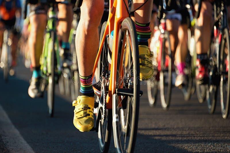 Cykla konkurrens, cyklistidrottsman nen som rider ett lopp arkivbild