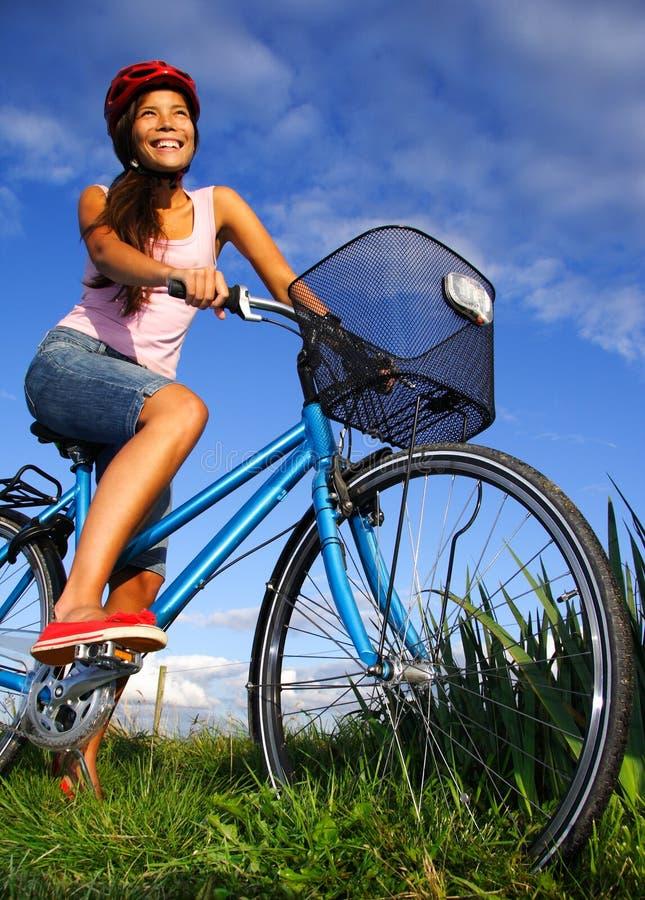 cykla kvinna royaltyfri foto