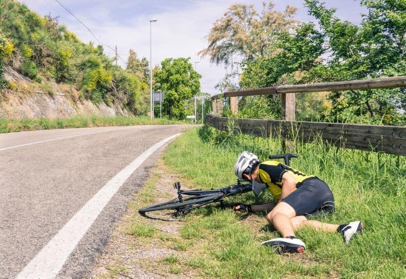 Cykla olyckan på vägen - cyklist i problem royaltyfria foton