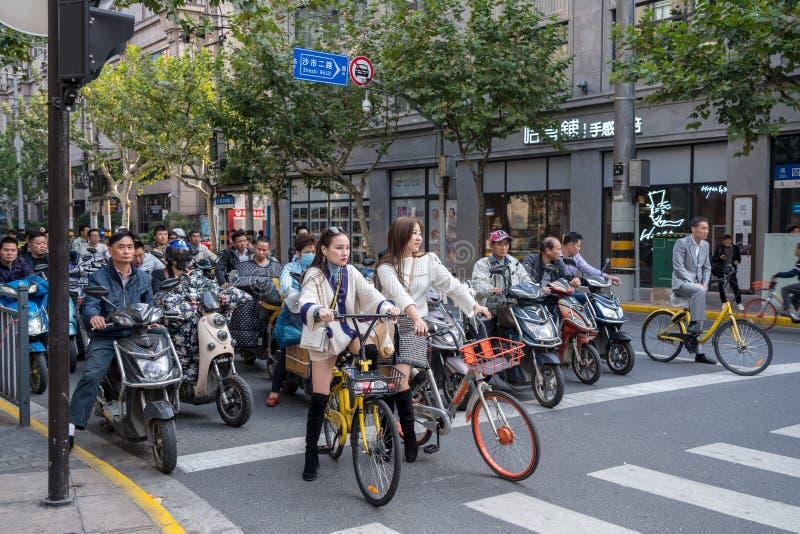 Cykla på den Sichuan vägen i Shanghai royaltyfria bilder