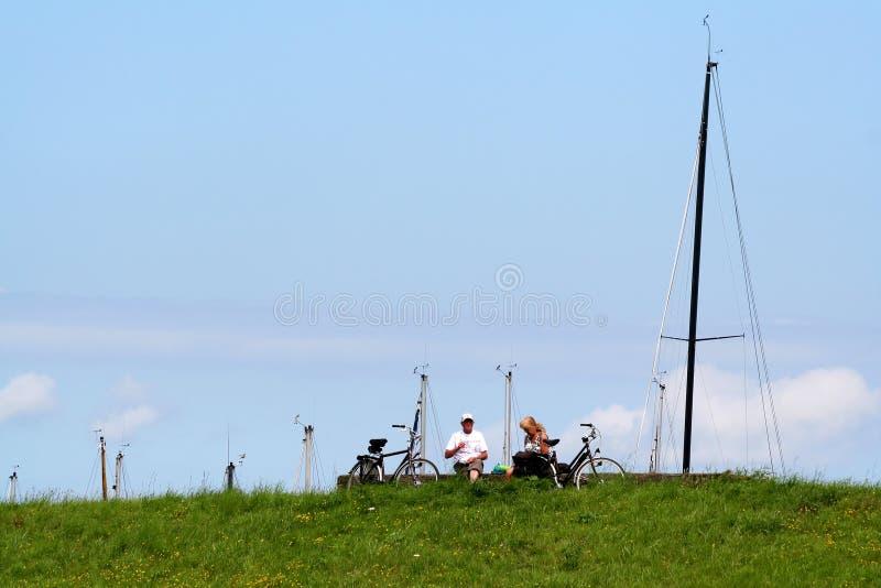 Cykla på diket av Colijnsplaat royaltyfria bilder