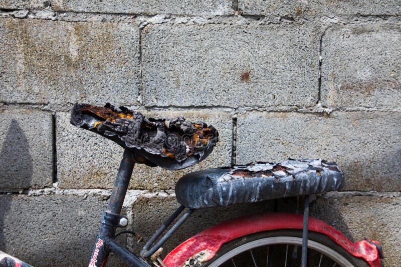 Cykla på staden efter brand och som bränner allt arkivfoto
