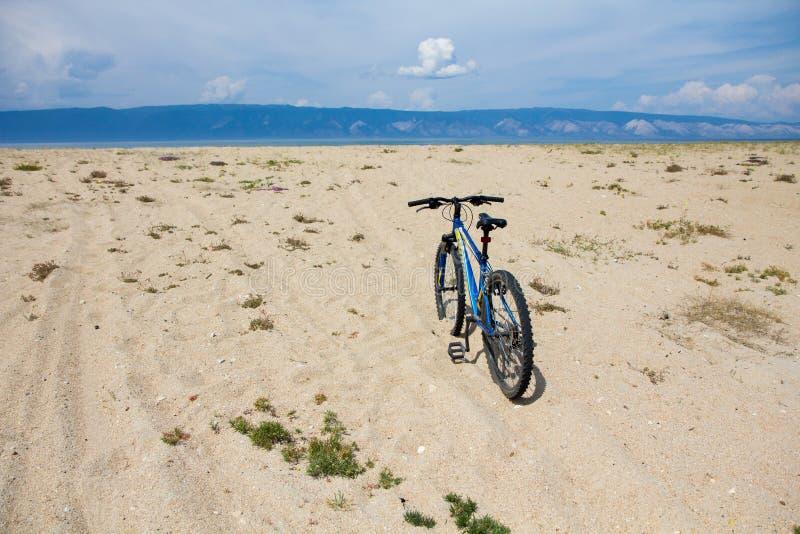 Cykla på stranden på den Olkhon ön arkivfoto