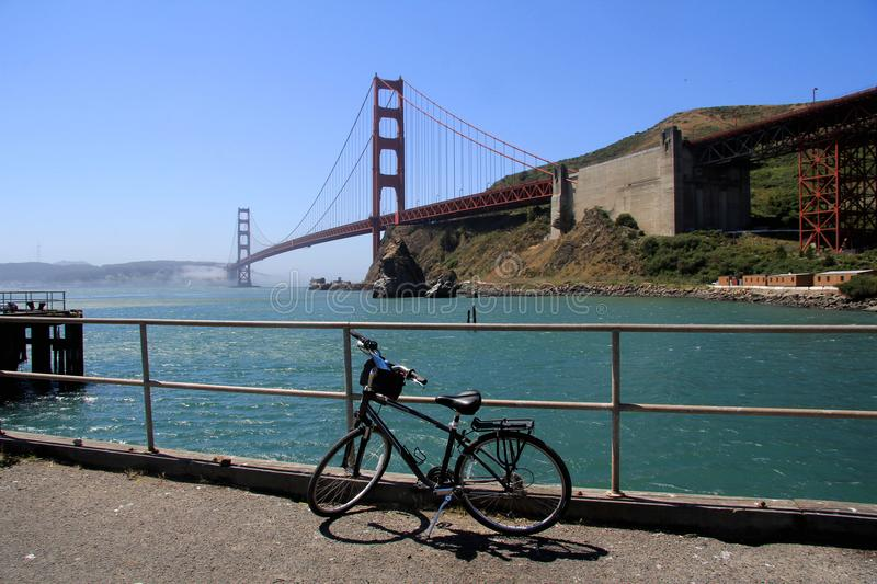Cykla parkerade bisides Golden gate bridge, San Francisco, Kalifornien, USA royaltyfria foton
