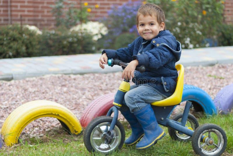 cykla pojken arkivfoto